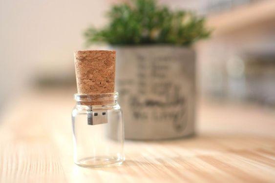 Clé USB rigolote et design bouteille en verre avec bouchon en liège | Idée cadeau originale et insolite